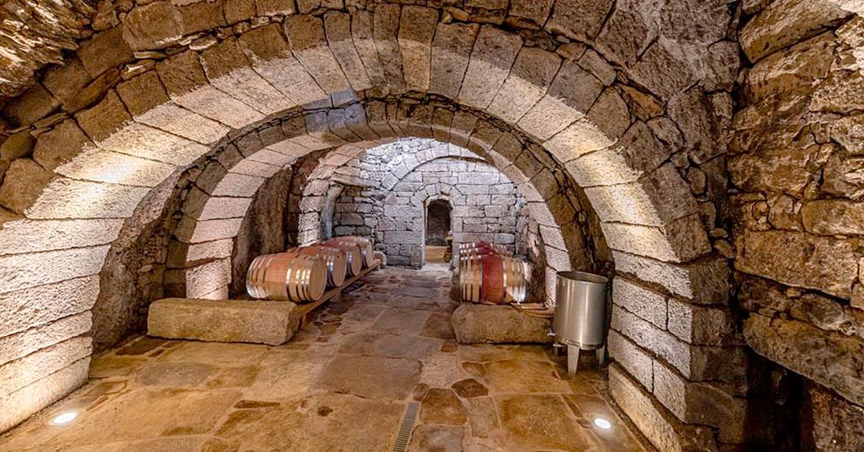 Bodega y viñedos Bruneo interior de piedra